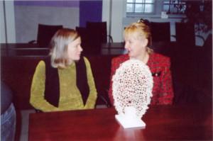 Pienosmallin äärellä Yrittäjäpatsaan suunnittelukilpailun voittaja Eva Löfdahl vasemmalla ja säätiön asiamies Riitta Antimäki.
