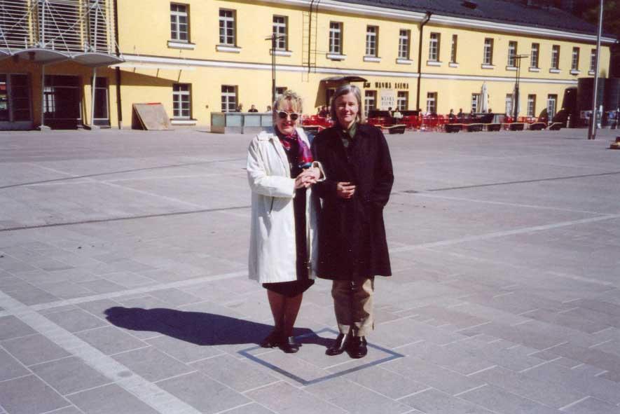Eva Löfdahl ja asiamies Riitta Antinmäki seisovat tulevan patsaan sisällä autenttisella paikalla.