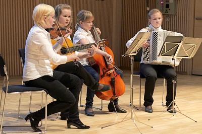 Helke -yhtye esiintymässä. Kuva: Kalle Parkkinen