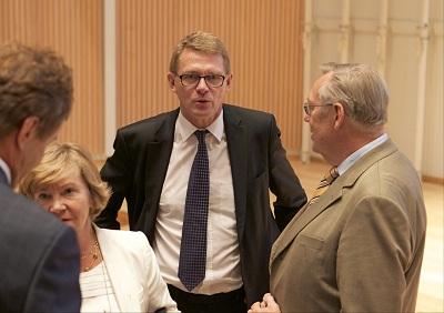 Matti Vanhanen keskustelemassa vieraiden kanssa. Kuva: Kalle Parkkinen