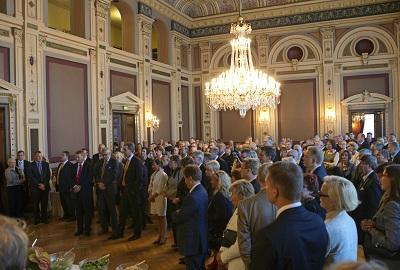 Yleisö kokoontuneena kuuntelemaan puheita Raatihuoneella. Kuva: Kalle Parkkinen