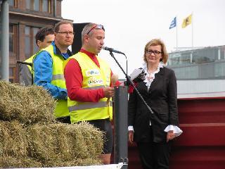 Ministeri Paula Risikko otti vastaan Lähiruokaviestin. Viestin viejänä toimi ruokakulttuuriasiamies Jaakko Nuutila.