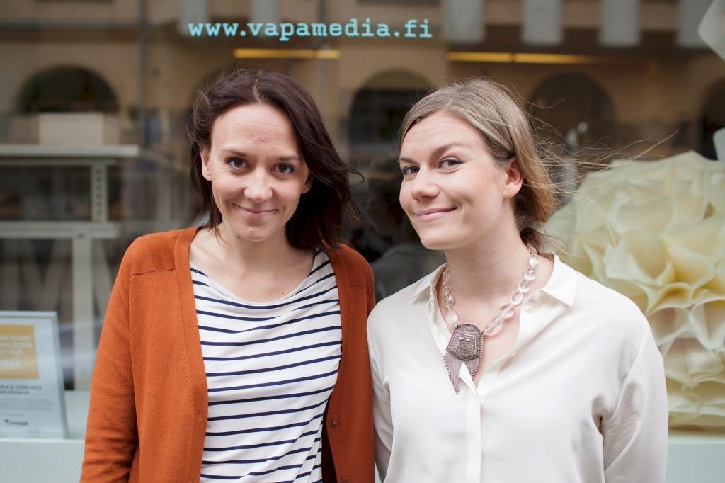 Ilona Hiila (vas.) ja Ida Hakola (oik.) voittivat Suomen Yrittäjien Vuoden nuori yrittäjä -palkinnon.